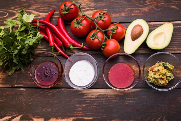 Lay flat de verduras y salsas. Foto gratis
