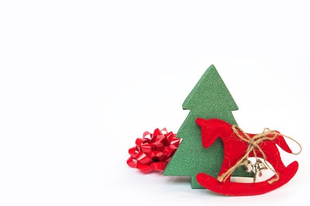 Lazo con un rbol de navidad y un caballo de juguete en un - Lazos para arbol de navidad ...