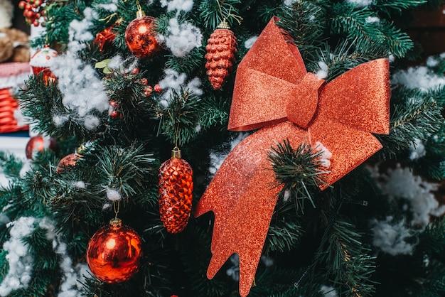 fceb3db61efda Lazo rojo en el árbol de navidad