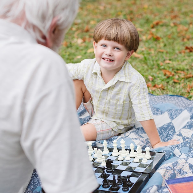 Lección de ajedrez con nieto y abuelo Foto gratis