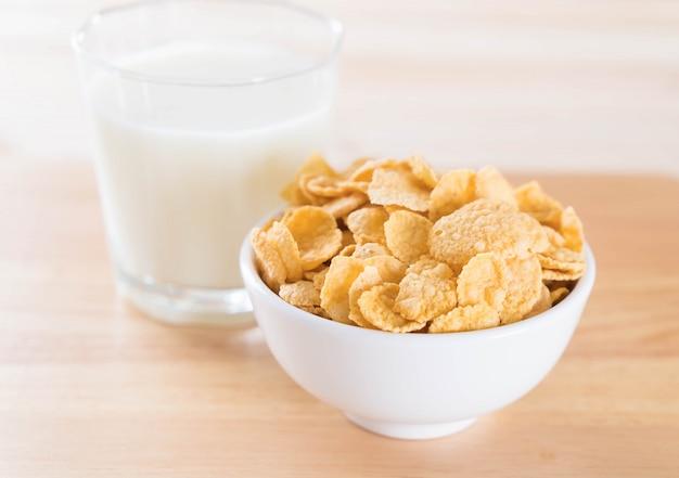 Leche y cereales Foto gratis