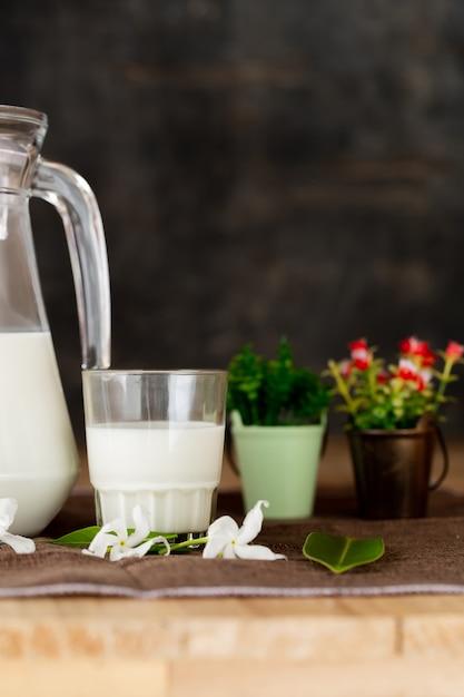 Leche productos lácteos saludables en la mesa Foto gratis