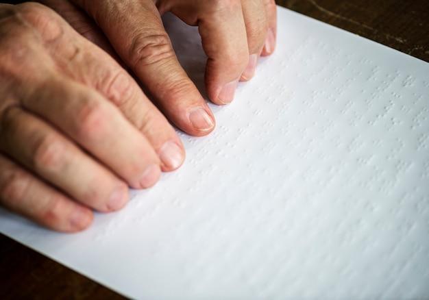 Lectura de cartas braille Foto Premium