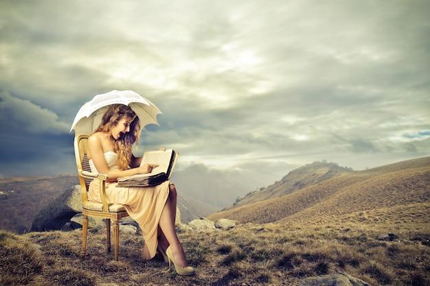 Leer un códice en un sillón Foto Premium