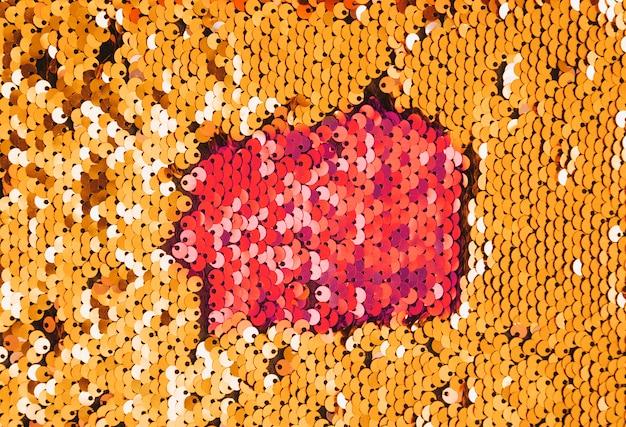 Lentejuelas doradas cosidas sobre la tela en estilo disco. Foto gratis