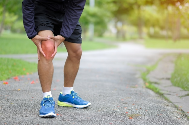 Lesión deportiva en la pierna, dolor muscular durante el entrenamiento Foto Premium