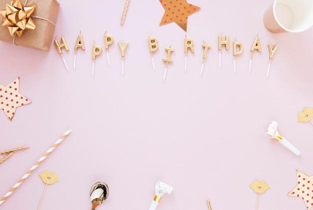 Letras de feliz cumpleaños sobre fondo rosa Foto gratis