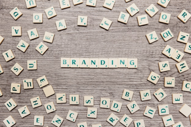 Letras formando la palabra branding Foto Premium