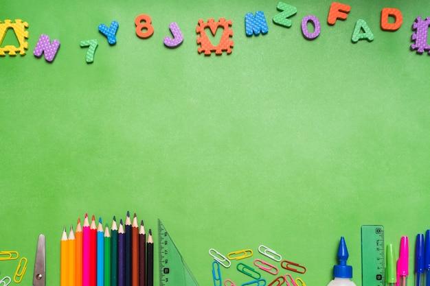 Letras y números sobre papelería Foto gratis