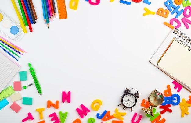 Letras de plástico multicolor del alfabeto inglés, marco de útiles escolares de papelería Foto Premium