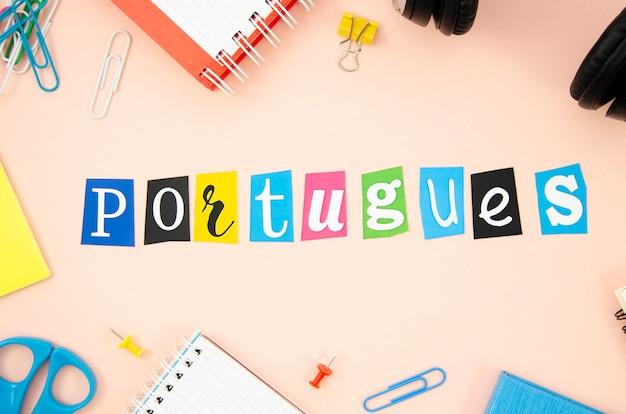 Letras portuguesas sobre fondo de durazno Foto gratis