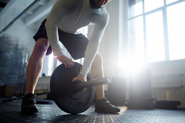 Levantamiento de pesas pesado en el gimnasio Foto gratis