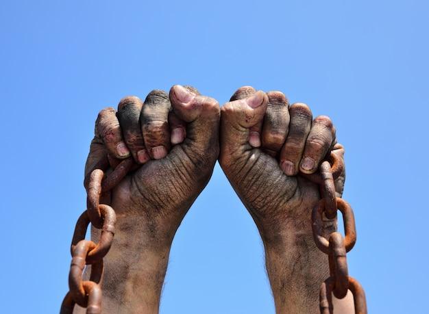 Se levantan dos manos masculinas. Foto Premium