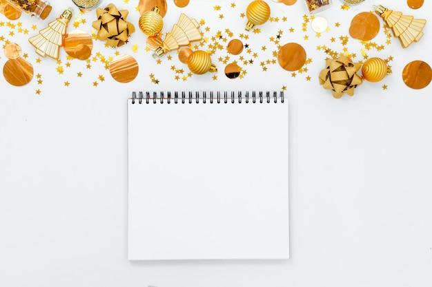 Libreta blanca vacía espiral sobre fondo festivo de navidad. Foto Premium