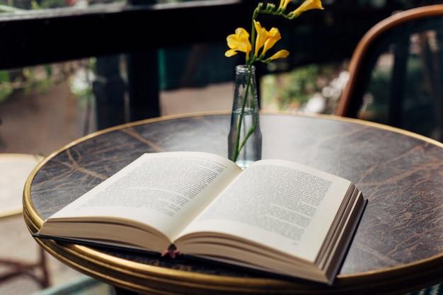 Libro abierto sobre una mesa Foto gratis