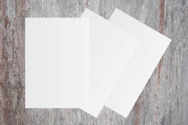 36f1025bc0 Libro blanco en blanco sobre fondo de madera marrón para entrada de texto |  Descargar Fotos premium