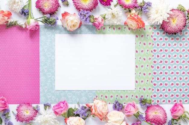 Libro blanco sobre fondo decorativo con flores Foto gratis