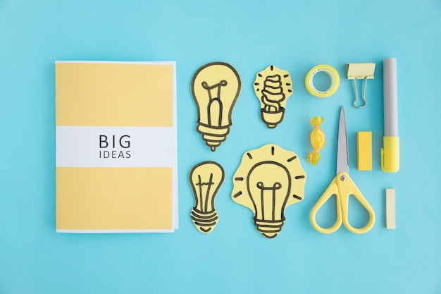 Libro de grandes ideas con diferentes bombilla y papelería sobre ...