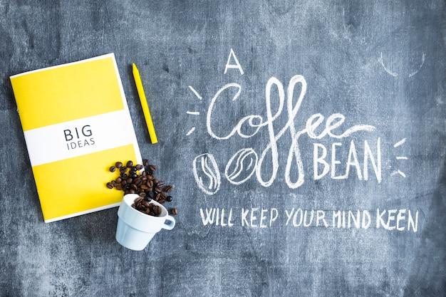 Libro de grandes ideas con granos de café derramados de la taza y el ...