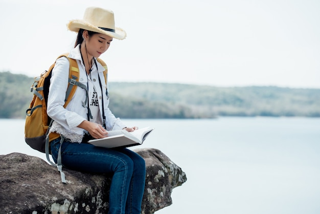 Libro de lectura hermoso de la mujer en la montaña Foto gratis
