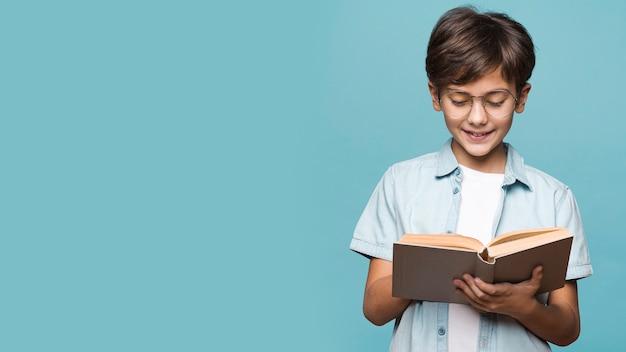 Libro de lectura de joven sonriente Foto gratis
