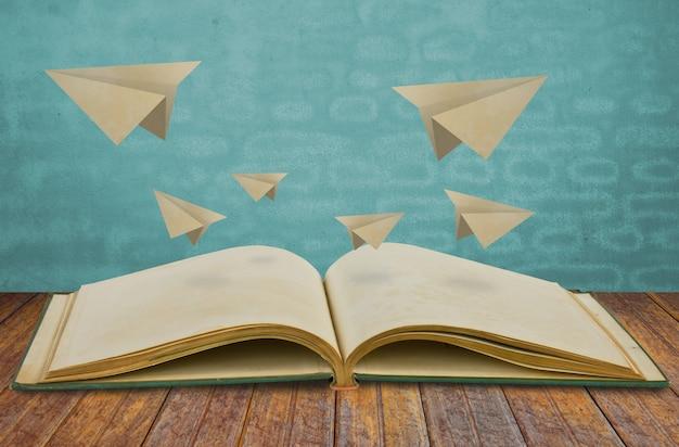 Libro mágico con el plano de papel Foto gratis