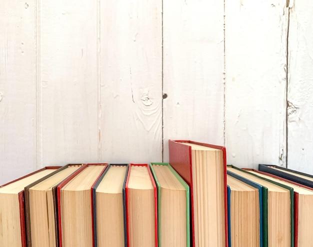 Libro rojo novela se extiende Foto Premium