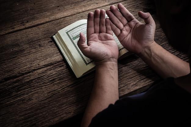 Libro sagrado del corán de los musulmanes Foto Premium