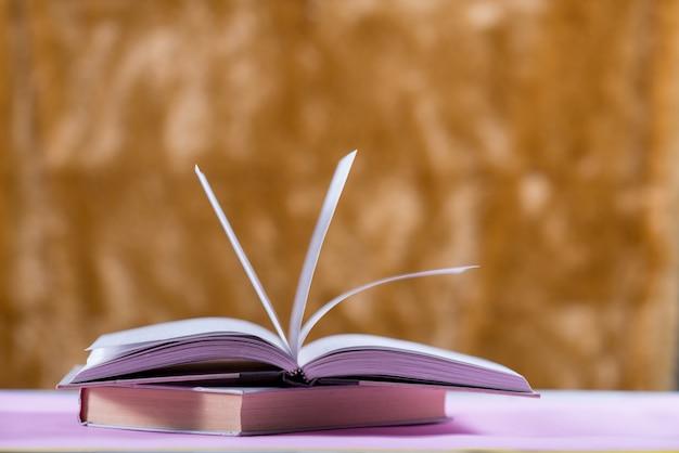 Libro sobre el escritorio, concepto de educación Foto gratis