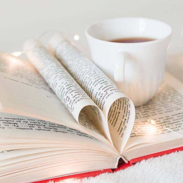 Libro con sus páginas formando un corazón Foto gratis