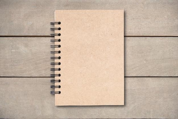 Libro de tapa de color marrón en mesa de madera Foto Premium