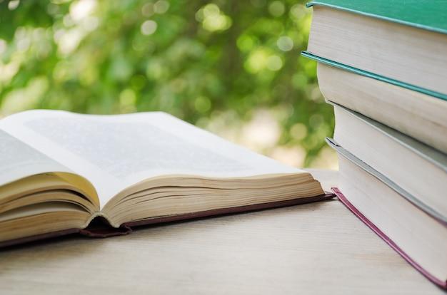 Libros en el alféizar de la ventana abierta Foto Premium