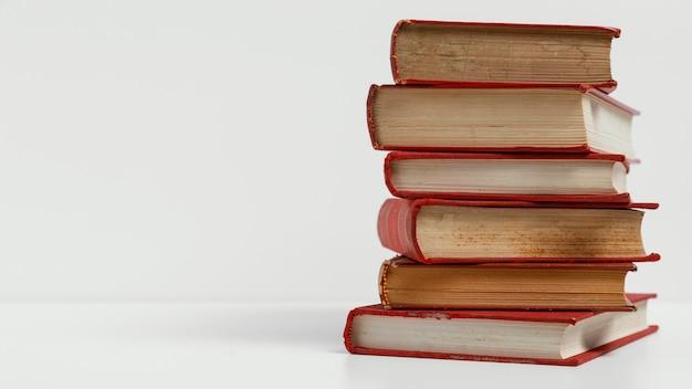 Libros antiguos con fondo blanco y espacio de copia Foto gratis