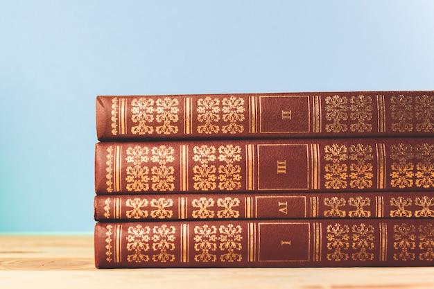 Libros Antiguos Vintage En Mesa De Terraza De Madera Foto