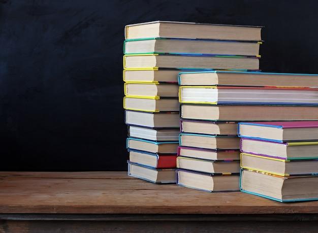 Libros en pilas sobre la mesa. Foto Premium
