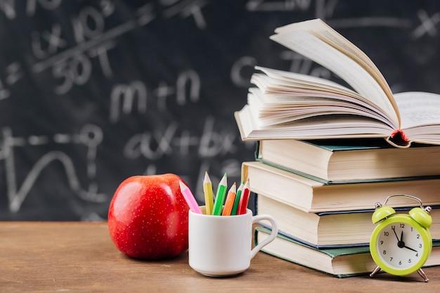 Libros de texto en el escritorio del profesor Foto gratis