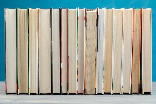 Libros de vista frontal con fondo azul Foto gratis
