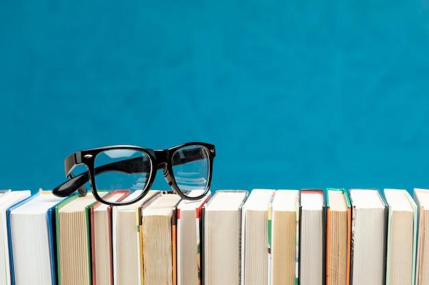 Libros de vista frontal con gafas Foto gratis