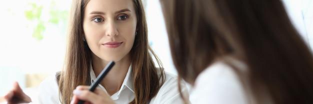 Líder empresarial preocupado en el lugar de trabajo hablando Foto Premium