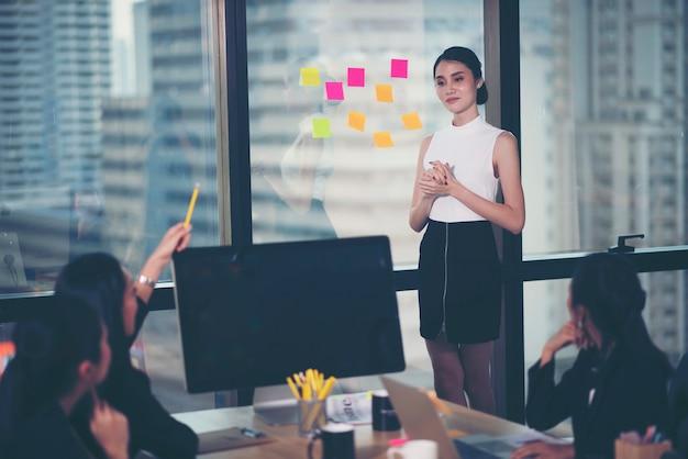 Líder de equipo exitoso y propietario de un negocio líder en una reunión informal de negocios interna. Foto Premium