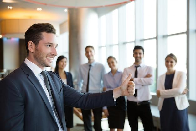Líder de negocios con éxito hombre y equipo Foto gratis