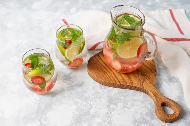Lima fresca, agua infundida de fresa y menta, cóctel, bebida de desintoxicación, limonada. bebidas de verano concepto de salud. Foto gratis