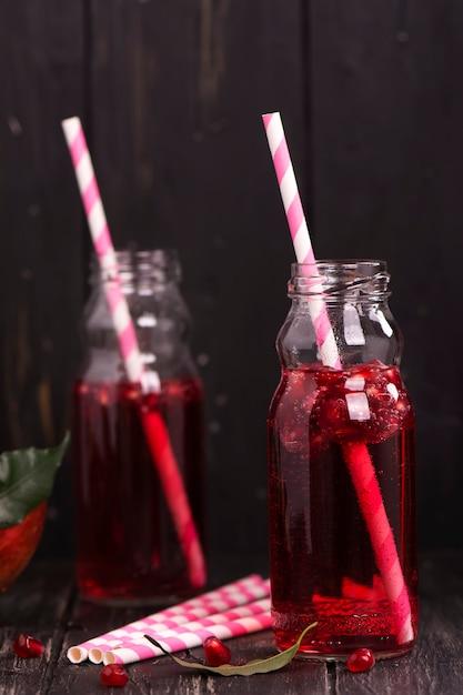 Limonada casera de granada roja en pequeñas botellas de vidrio Foto Premium