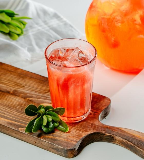 Limonada de durazno rojo con hielo Foto gratis