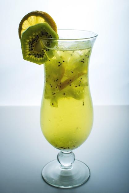 Limonada de frutas en vaso de huracán con kiwi y limón Foto Premium