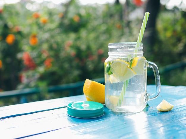 Limonada con limón y menta y copia espacio. Foto Premium