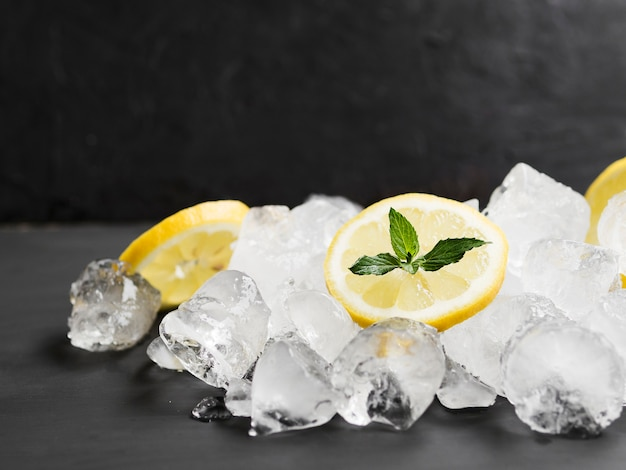 Limones con menta y pila de cubitos de hielo. Foto Premium