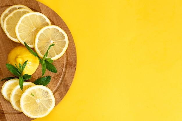 Limones en una tabla de madera. Foto Premium