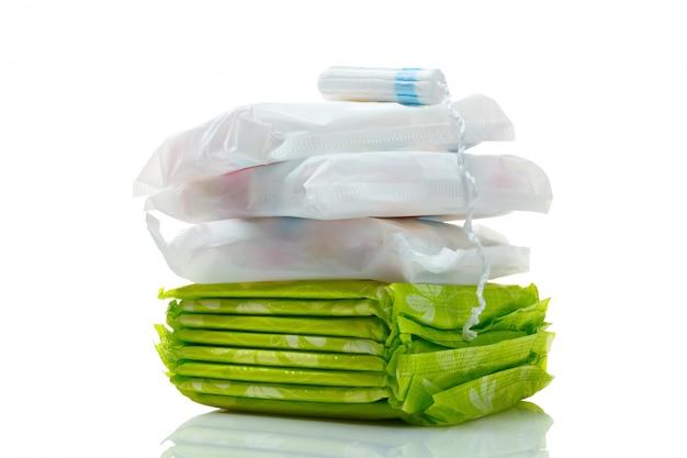 Limpie el tampón blanco y los cojines de algodón aislados en un blanco. Foto Premium