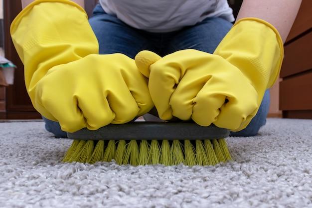 Limpieza de alfombras con un cepillo. Foto Premium